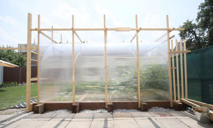 Nedávní absolventi Ateliéru architektury naUMPRUM vystavují skleník isvatební altán