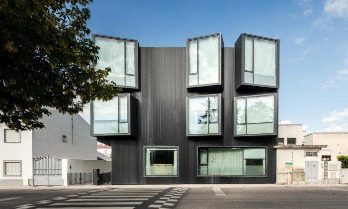 V Portugalsku vyrostlo minimalistické centrum péče pro seniory svelkými okny