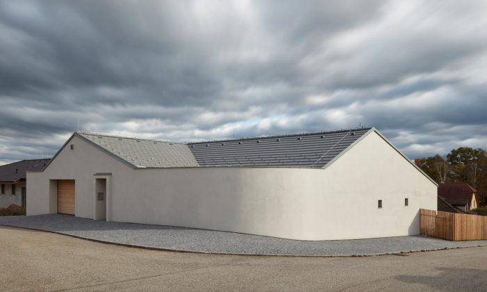 Rodinný dům vLitvínovicích má jednoduché tvary aoblý roh sukrytým soukromým átriem