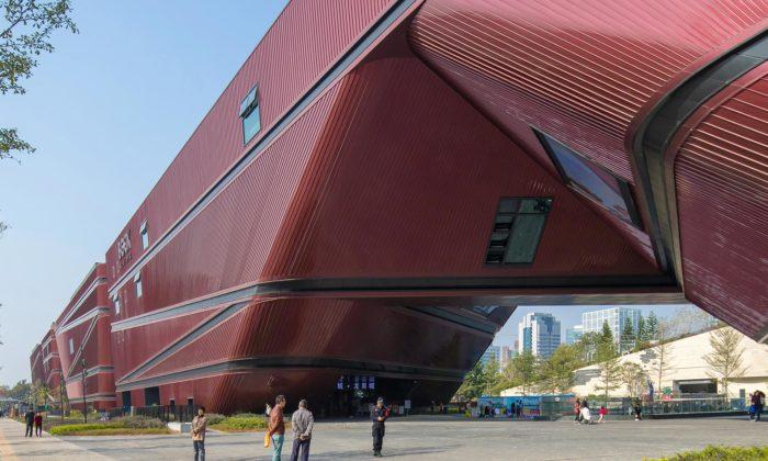 Mecanoo postavilo červené Longgang Cultural Centre připomínající červené skály
