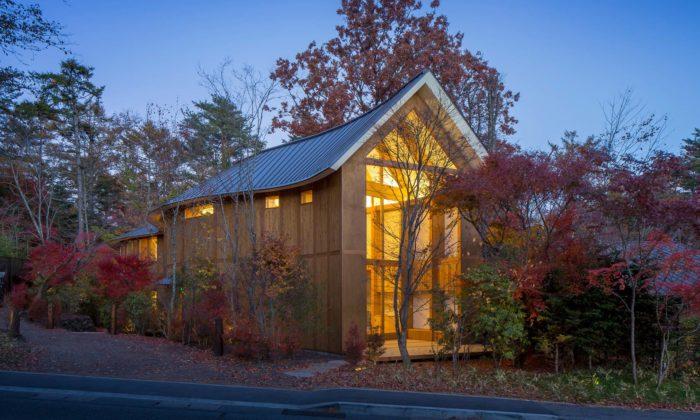 Shigeru Ban postavil vJaponsku útulný hotýlek Shishi-iwa House celý ze dřeva