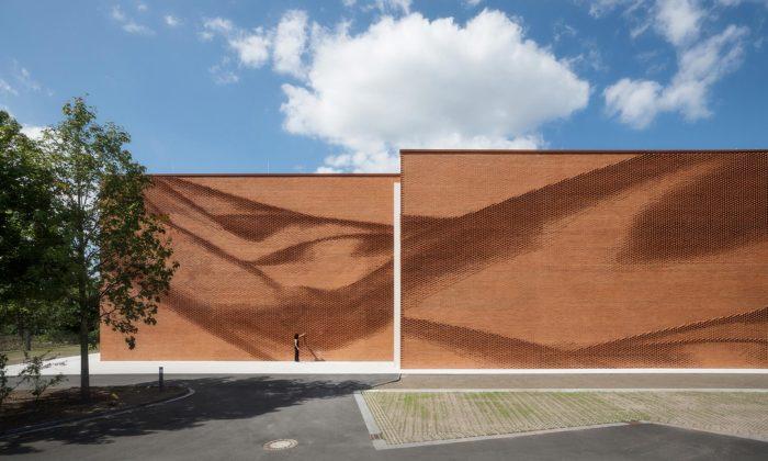 Textilní asociace vněmeckém Münsteru má plastickou fasádu zpálených cihel