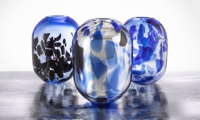 Anna Jožová navrhla kolekci váz Eternity zdobenou skleněnými střepy