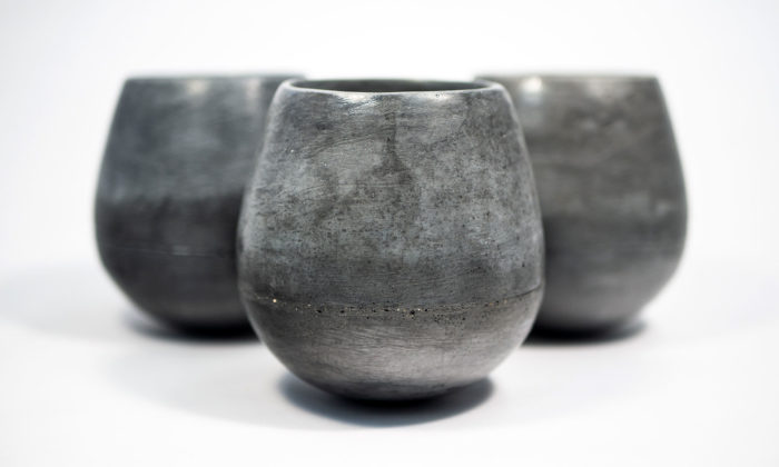 Umělecké betonářství Aspoň Tohle vyrábí zbetonu hrnky isvítidla