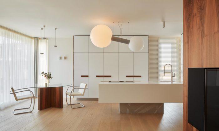 Michal Hagara navrhl interiér bytu vPraze inspirovaný vilou Tugendhat