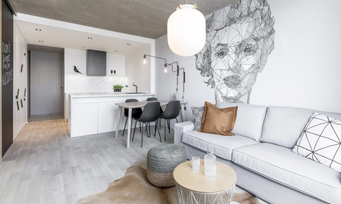 Kompletní rekonstrukcí panelákového bytu vzniklo moderní bydlení sbetonovým stropem