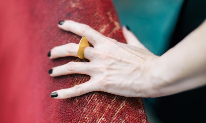 Ela Chroust navrhla kolekci puristicky minimalistických šperků Mirrors