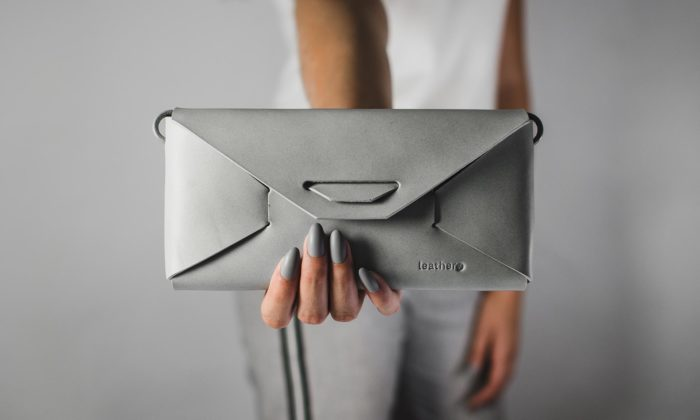 Česká značka Leathery vyrábí zjednoho kusu kůže peněženky ikabelky