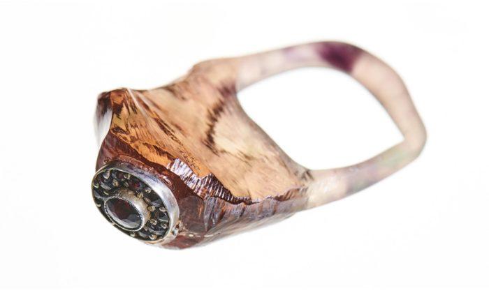 Simona Kafková ručně vyrábí šperky zdobené fragmenty starých granátů
