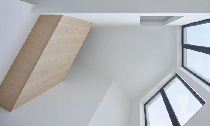 Chybík + Krištof postavili vBrně minimalistický loftový bytový dům zdobený bleskem