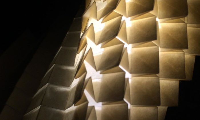 Origasmus jsou svítidla ašperky zpapíru skládaná technikou origami