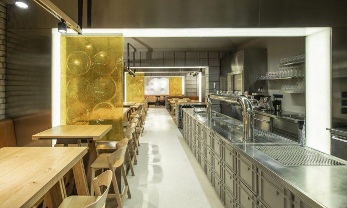 Na pražském Žižkově vyrostla restaurace Sou100 zšedých přepravek azlatavého skla