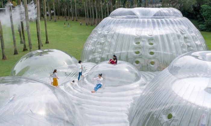 V čínském parku postavili víceúčelový nafukovací pavilon Air Mountain