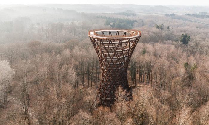 V Dánsku postavili stezku korunami stromů a45 metrů vysokou rozhlednu