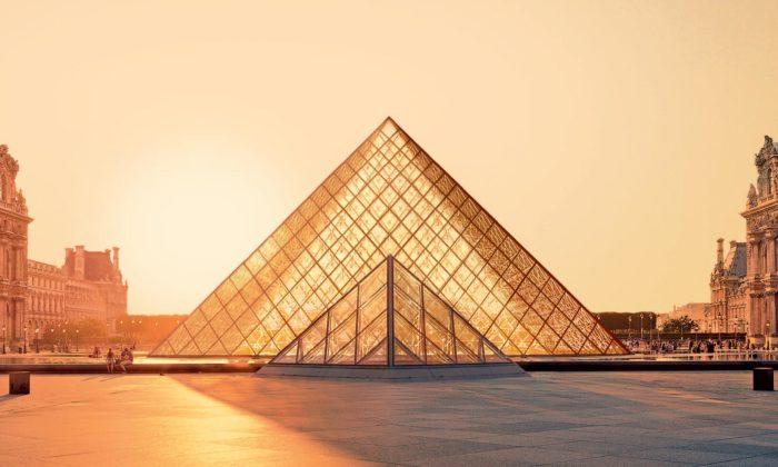 Ikonická skleněná pyramida vpařížském Louvre slaví 30 let