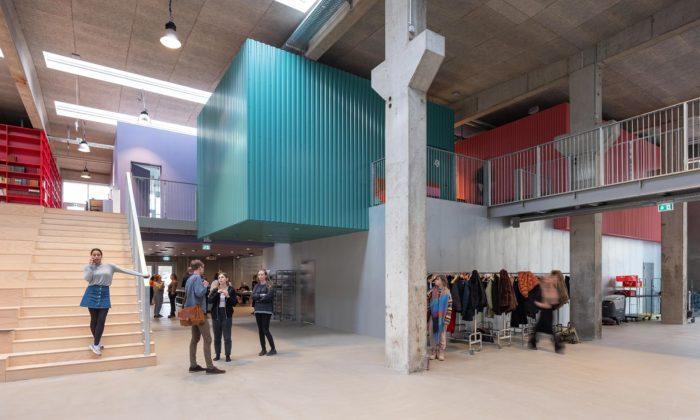 V dánském Roskilde postavili veřejnou střední školu vbývalé výrobní hale nabeton