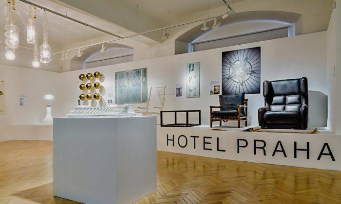 Cheb vystavuje zachráněný nábytek aumělecké předměty zHotelu Praha