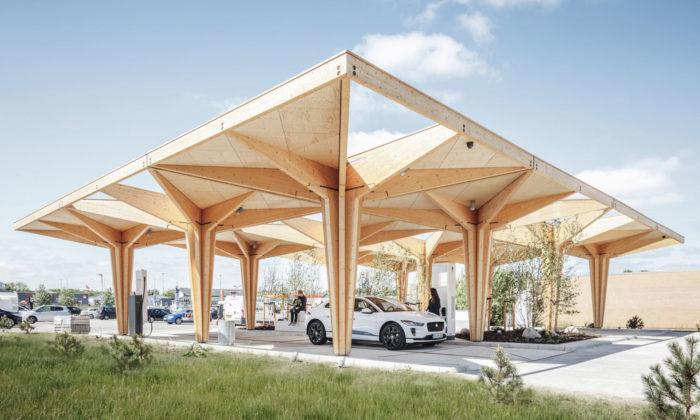 Dánsko postavilo první čerpací stanici budoucnosti dobíjející auta uprostřed zeleně