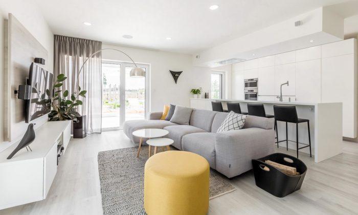Rodinný dům vČakovičkách má světlý interiér měnící sesnadno podle nálady