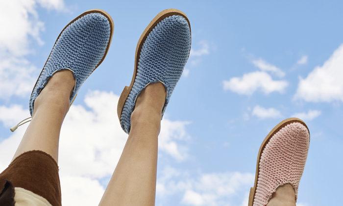 Čerství absolventi UMPRUM vystavují pletené boty nebo esteticky udržitelné auto