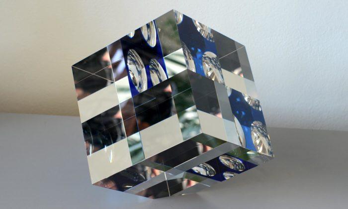 Jan Frydrych vytváří skleněné objekty protkané vybroušenými optickými iluzemi