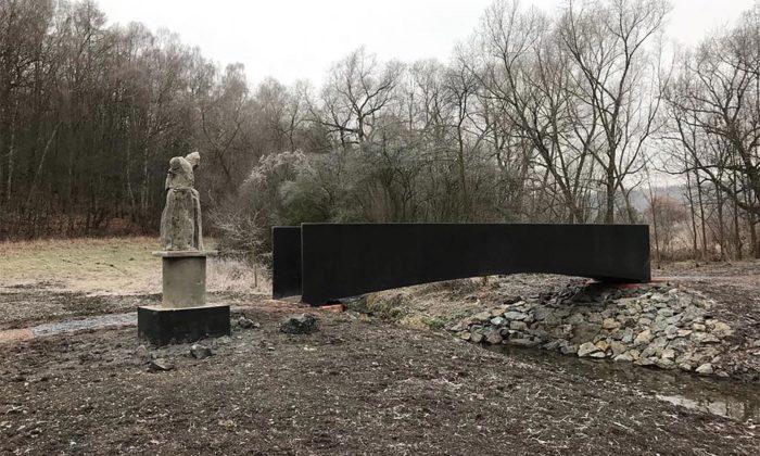 Vrapice nedaleko Kladna zdobí minimalistická lávka přes Dřetovický potok