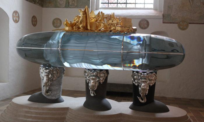 UPM představuje skleněný sarkofág pro dánskou královnu vyrobený vČesku