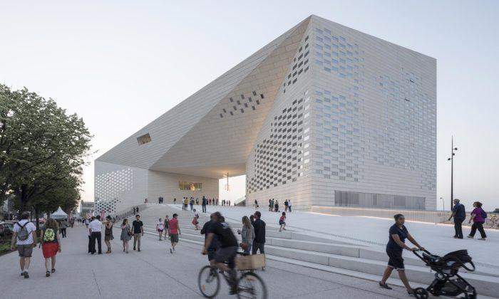 Bordeaux otevřelo kulturní centrum MÉCA stvarem obří bílé smyčky