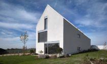 Dům sešikmou střechou odStempel & Tesař architekti