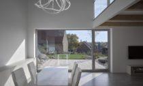Dům se šikmou střechou od Stempel & Tesař architekti