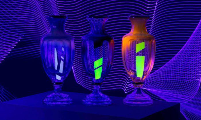 František Jungvirt vystavuje vKarlových Varech skleněné vázy malované UV barvami