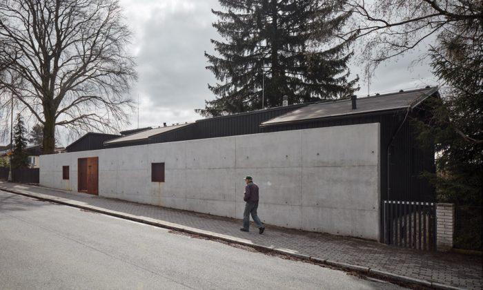 Na starých kamenných základech si vLiberci postavili nový rodinný dům za zdí
