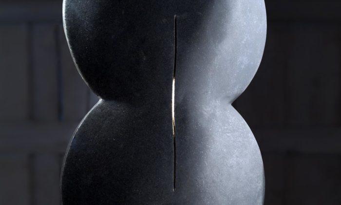 Petr Kavan vystavuje vPraze rozměrné minimalistické sochy zčerné žuly