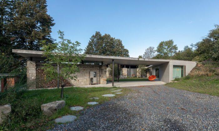 Rodina si nechala dům vKojetíně rozšířit moderní přístavbou sezelenou střechou