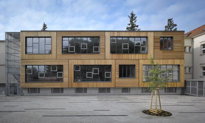 Základní škola vKlánovicích dostala moderní přístavbu sdřevěnou fasádou
