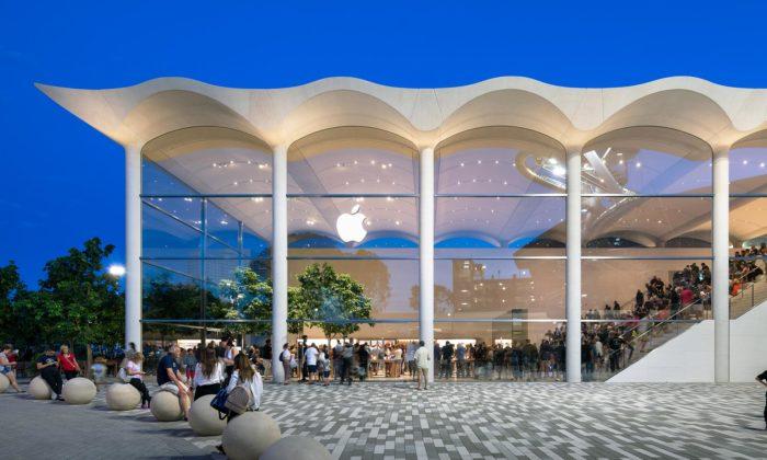 Foster postavil vMiami obchod Apple Aventura sezvlněnou střechou aamfiteátrem