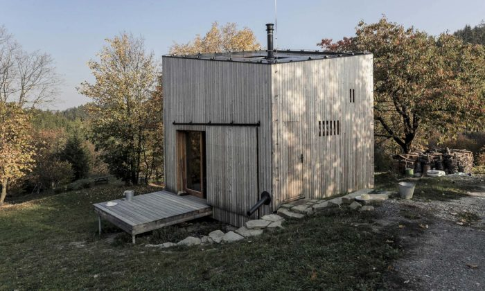 Ve svahu nedaleko Zlína vyrostla dřevěná rekreační chata naSirákově