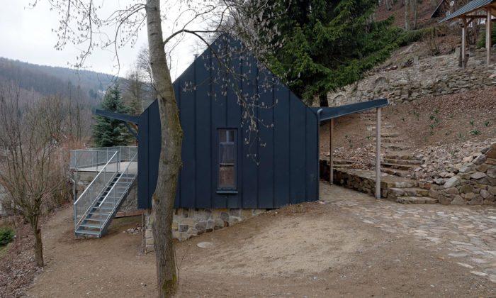 Do šedé adřeva zabalená rekreační chata vZadní Telnici má světlý interiér