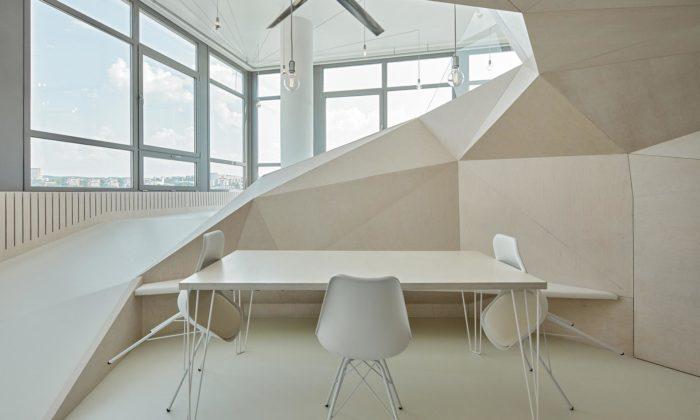 Interiéru bytu Loft 32 veZlíně dominuje velká struktura ztrojúhelníků