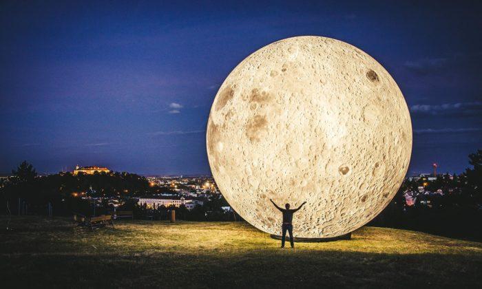 Na brněnské Kraví hoře vysvitl deset metrů vysoký Měsíc