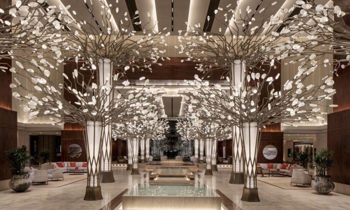 Česká značka Preciosa zasadila vdubajském hotelu 14 svítících stromů
