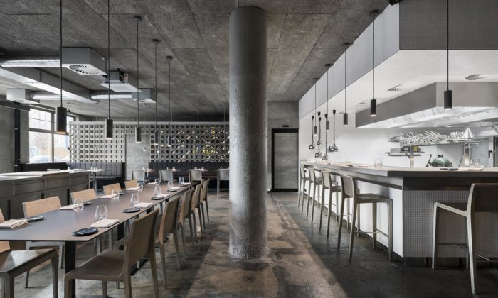 Interiér pražské restaurace The Eatery září jednoduchostí isurovostí materiálů