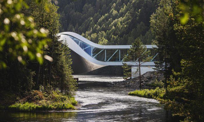 BIG dokončují vNorsku zkroucené muzeum usazené nad řekou jako most