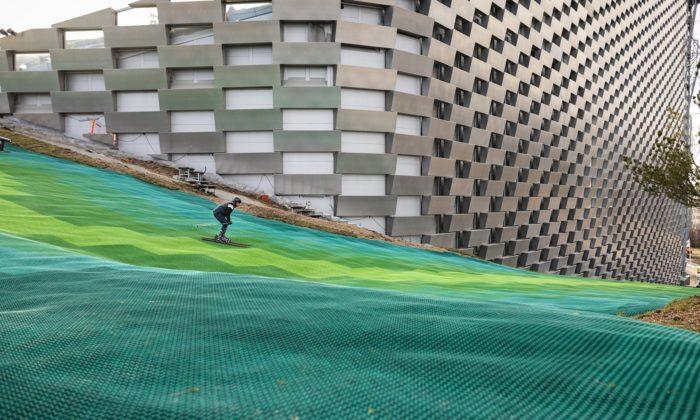 Na střeše kodaňské elektrárny byla otevřena 450 metrů dlouhá sjezdovka