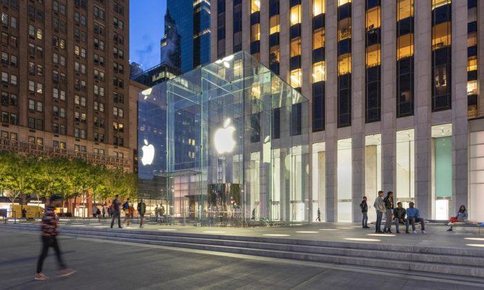 Foster renovoval ikonický obchod Apple Fifth Avenue seskleněnou kostkou