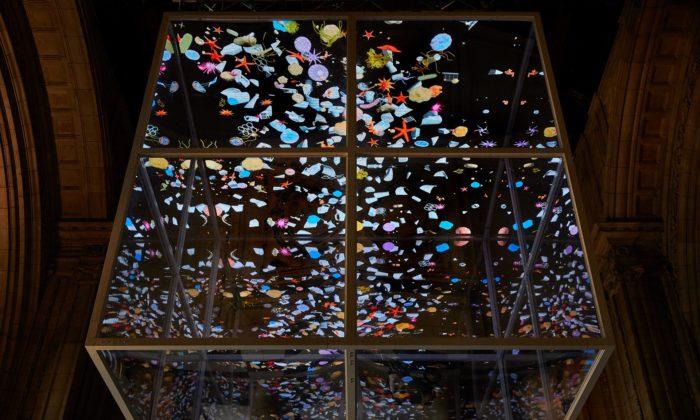 Sam Jacob vystavil vlondýnském muzeu kvádr plný odpadu zoceánů