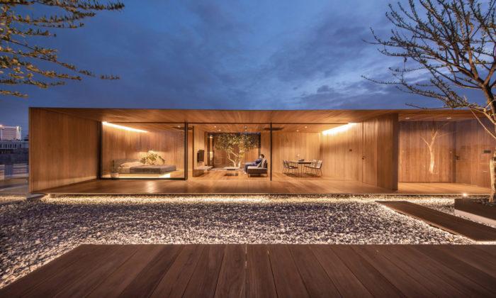 V Bangkoku vyrostl nastřeše bytovky minimalistický dům ze dřeva