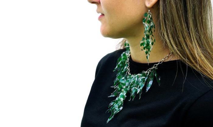 Čeští studenti designu vyrobili zprůmyslového odpadu šperky isvítidlo