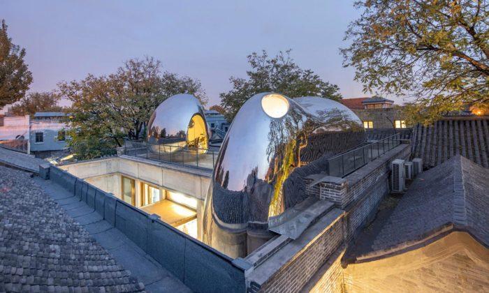 MAD rekonstruovali zchátralou nemocnici apostavili nastřechách kovové bubliny