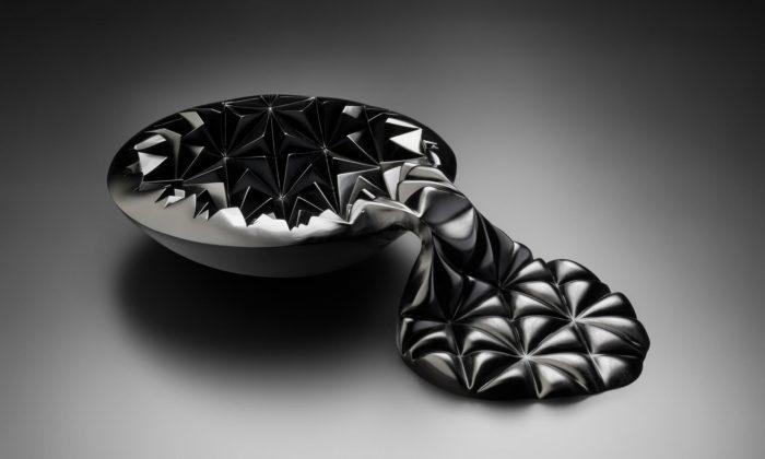 Milan Krajíček navrhuje extravagantní mísy ze skla taveného doformy